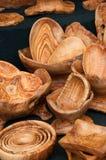 橄榄色的木碗待售在罗马意大利 免版税库存照片