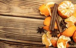 橘子切片肉桂条和八角在木背景 免版税库存图片