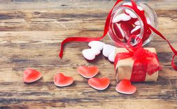 橘子果酱糖果在玻璃瓶子的形状心脏有红色丝带的,礼物b 库存图片