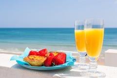 橙汁、Strawberies和葡萄牙式奶油挞 免版税库存照片