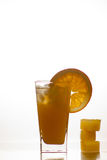 橙汁和切片橙色果子 免版税图库摄影
