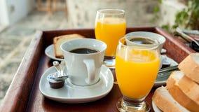 橙汁和咖啡作为一个轻快早餐的部分 免版税库存照片
