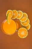 橙汁和片式桔子 库存图片