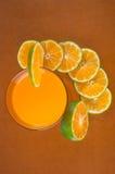 橙汁和片式桔子 免版税库存照片