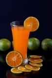 橙汁和片式桔子 免版税图库摄影