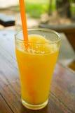 橙汁圆滑的人 图库摄影