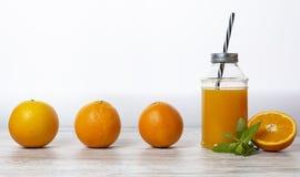 橙汁过去有白色背景,文本的-图象空间 库存图片