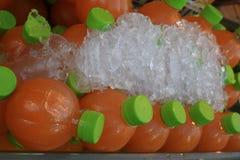 橙汁,在橙汁的焦点在瓶 库存图片