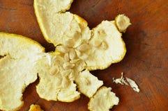橙皮和种子在木桌上离开以后吃 免版税图库摄影