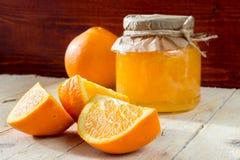 橙皮马末兰果酱银行和切片桔子 免版税图库摄影