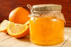 橙皮马末兰果酱银行和切片桔子 免版税库存图片