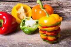 橙红黄色和绿色辣椒粉胡椒 免版税库存图片