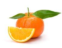 橙色丝毫切片和叶子 免版税库存图片