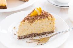 橙色乳酪蛋糕片断用在板材的巧克力,顶视图 库存照片