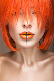 橙色假发cosplay样式的美丽的女孩与明亮的创造性的嘴唇 艺术秀丽图象 库存照片
