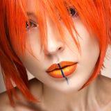 橙色假发cosplay样式的美丽的女孩与明亮的创造性的嘴唇 艺术秀丽图象 图库摄影