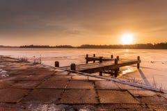 橙色冬天风景结冰的lakewith冰 库存照片