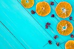 橙色切片和干草本 免版税库存图片
