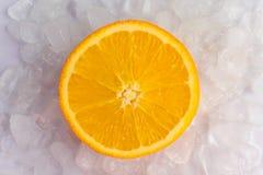 橙色切片在冰 库存图片