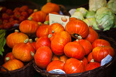 橙色南瓜在市场上 库存图片