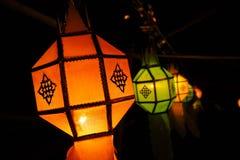橙色发光的兰纳灯笼在晚上,工艺为庆祝在北的节日泰国 图库摄影