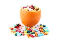 橙色和五颜六色的药片 免版税库存照片