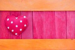 橙色和桃红色与红色心脏颜色木纹理样式后面 免版税库存图片