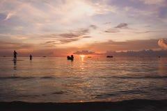 橙色和桃红色日落在一个热带海岛 库存照片