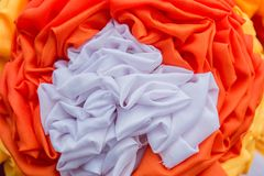 橙色和白色帷幕做了花 免版税库存图片