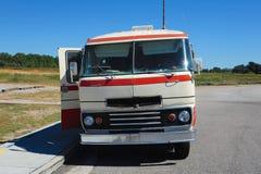 1968橙色和白色Travco精华Motorhome正面图  免版税库存照片