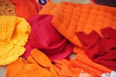 橙色和红色衣物的抽象显示 库存图片