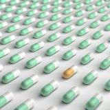 橙色和绿色药片 免版税库存图片