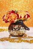 橙色和英国兰开斯特家族族徽花束在金黄花瓶的 库存图片