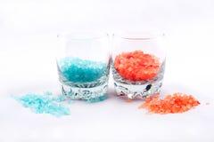 橙色和蓝色腌制槽用食盐 免版税库存图片