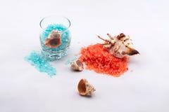橙色和蓝色腌制槽用食盐 库存照片