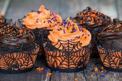 橙色和黑暗的巧克力万圣夜杯形蛋糕 库存图片