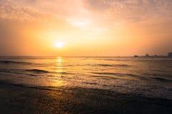 橙色和黄色发光的日落在印度 库存照片