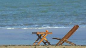 橙色咖啡在棕色木桌上的在海滩 股票视频