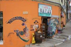 橙色商店在卖Empanadas的智利 库存照片