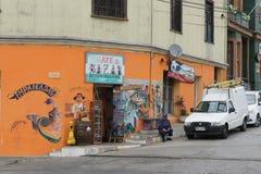 橙色商店在卖Empanadas的智利 免版税库存照片