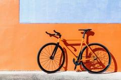 橙色固定的齿轮自行车 免版税图库摄影