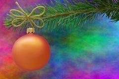 橙色圣诞节中看不中用的物品和一个云杉的分支 免版税图库摄影