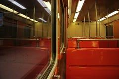橙色地下地铁火车支架的内部 库存图片