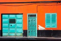 橙色墙壁、深蓝窗口和门 库存图片