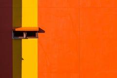 橙色墙壁和窗口 库存照片