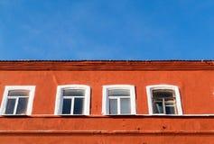橙色大厦和Windows和天空 免版税库存照片