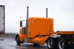 橙色大驾驶在高速公路我的半船具经典老牌卡车 库存图片