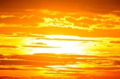 橙色天空;日落风景看法与云彩的 免版税库存照片