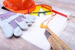 橙色安全帽、耳塞、安全玻璃和手套工作的 减少在白色背景的噪声的耳塞 免版税库存图片