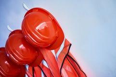 橙色安全背心和橙色安全帽 免版税库存照片